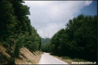 La Strada delle Vette. Sullo sfondo la cima di monte Scuro