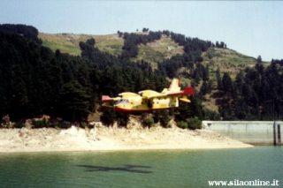 Canadair in volo sul lago Ampollino