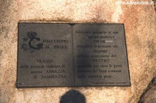 Epigrafe in ricordo di Gioacchino da Fiore nel cortile della Sambucina